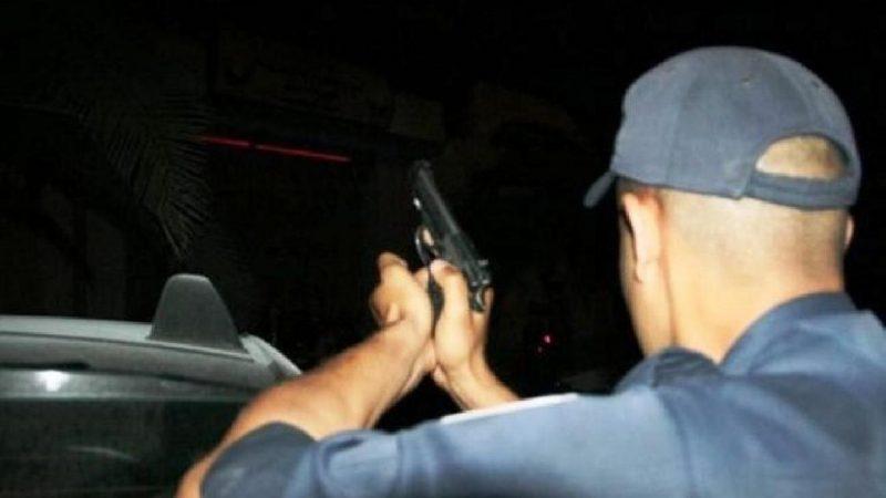 عنصر أمني يشهر سلاحه الوظيفي لايقاف مجرم خطير