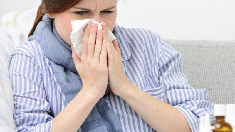 كيف تميّز بين الإصابة بكورونا ونزلات البرد والإنفلونزا؟