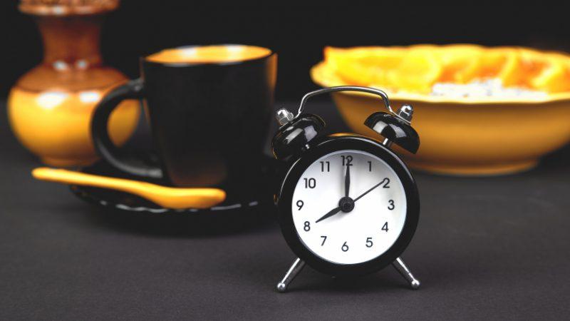 هل لتوقيت تناول الطعام تأثير على النوم؟.. خبراء يجيبون