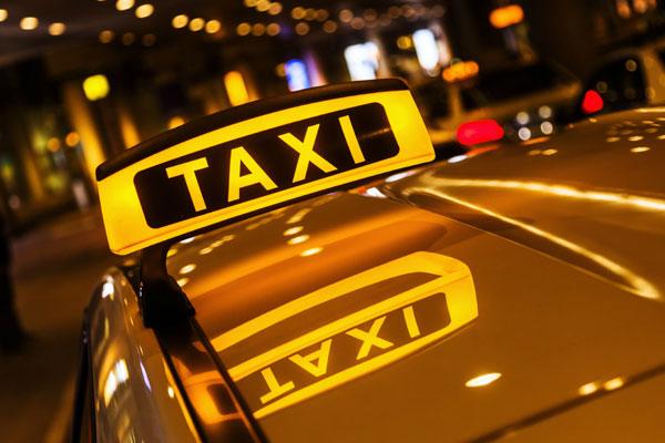 سيارة أجرة تكسر عمودا كهربائيا بالقرب من القصر الملكي بمراكش