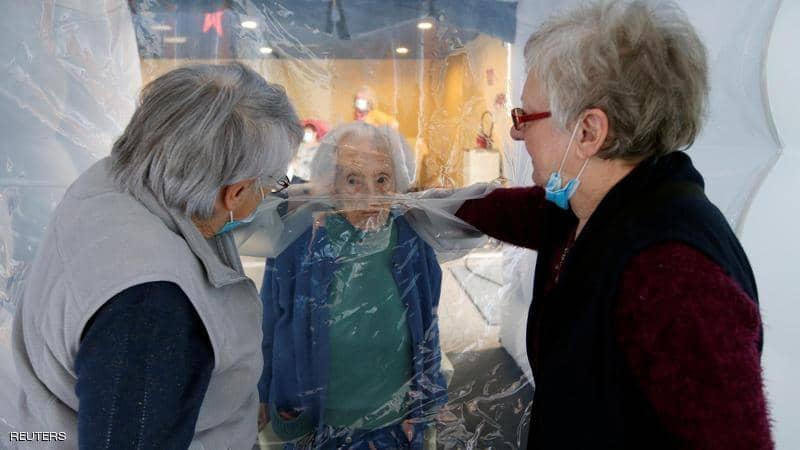 """""""فقاعة العناق"""".. حل مبتكر لاحتضان المسنين في زمن كورونا"""