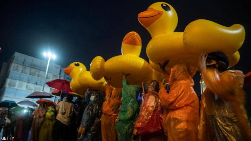 """""""البطة الصفراء"""" تجتاح شوارع تايلاند.. وتتحول لرمز للاحتجاجات"""