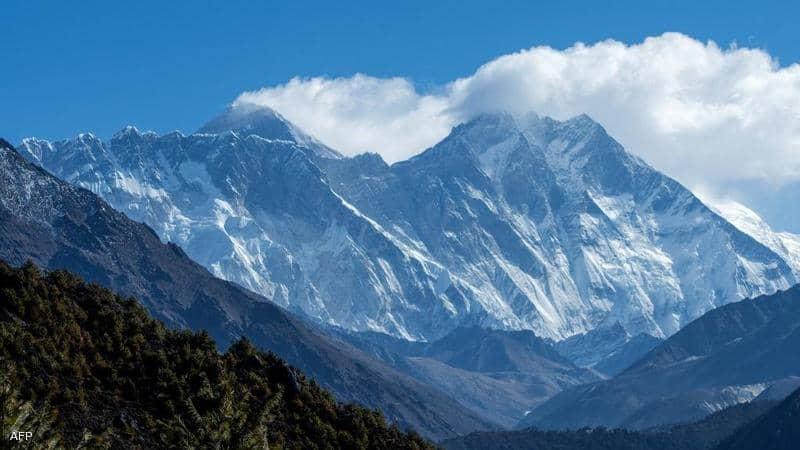 """جبل إيفرست.. """"ارتفاع جديد"""" لأعلى قمة في العالم"""