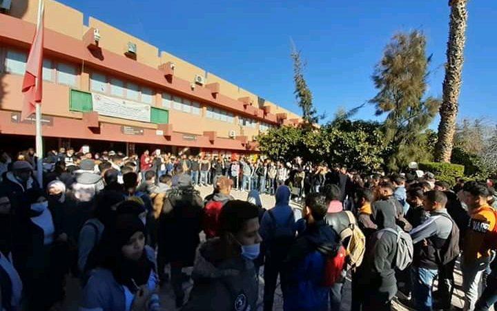 طلبة كلية الحقوق بمراكش يواصلون احتجاجاتهم ضد إدارة الكلية.