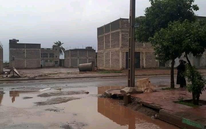 شوارع حي الآفاق تتحول إلى برك من الأوحال