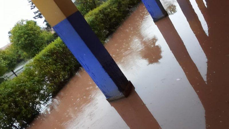 أمطار أمس تحول محيط وداخل مدرسة إلى بركة من الوحل