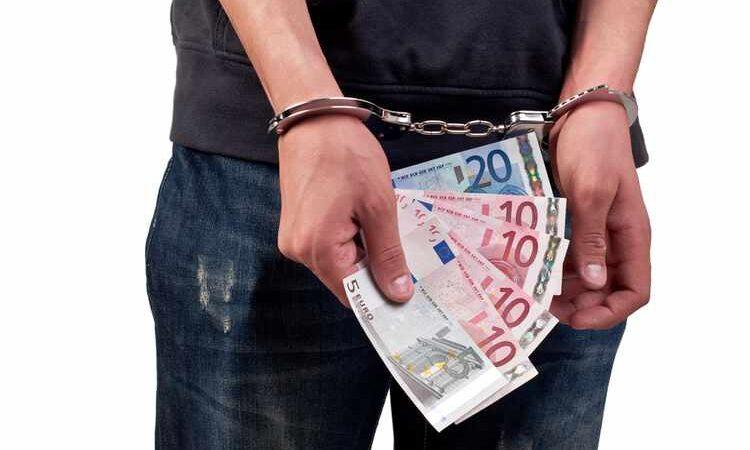 لماذا يلجأ إليه تجار المخدرات والمختلسون؟ نظرة على عالم غسيل الأموال الغامض