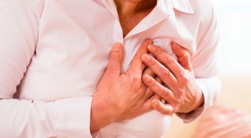 الشعور بألم في البطن، قد يشير إلى خطر الإصابة بنوبة قلبية