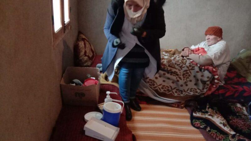طاقم طبي يواصل تلقيح المسنين داخل بيوتهم بالحوز