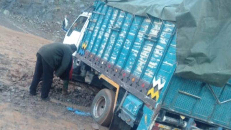 الحوز : شاحنة محملة بالمواد الغذائية عالقة في الأحوال بسبب سوء الأحوال الجوية والسلطات في دار غفلون