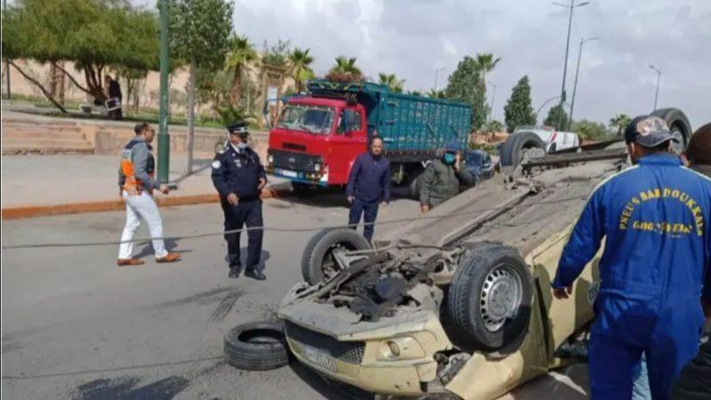 إصابة سائق سيارة أجرة صغيرة بجروح في حادث انقلاب سيارته بسيدي يوسف بنعلي