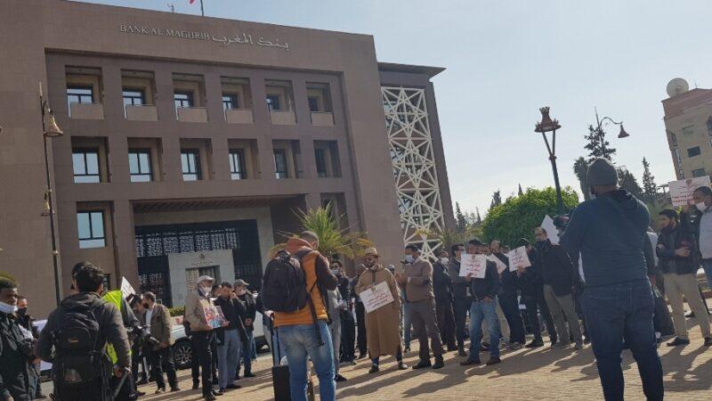 للأسبوع الثاني على التوالي.. مهنيو النقل السياحي يحتجون أمام بنك المغرب بمراكش