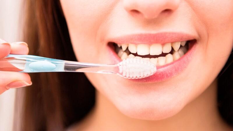 """التكاسل عن غسل الأسنان.. دراسة تكشف """"عواقب وخيمة"""""""