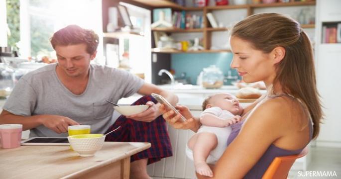 انتبهي.. تصفح الهاتف خلال الرضاعة يضر بطفلك!