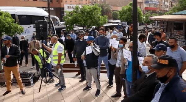 نقابة النقل السياحي بمراكش تحتج أمام مندوبية السياحة بعد منع مسيرة المهنيين نحو العاصمة