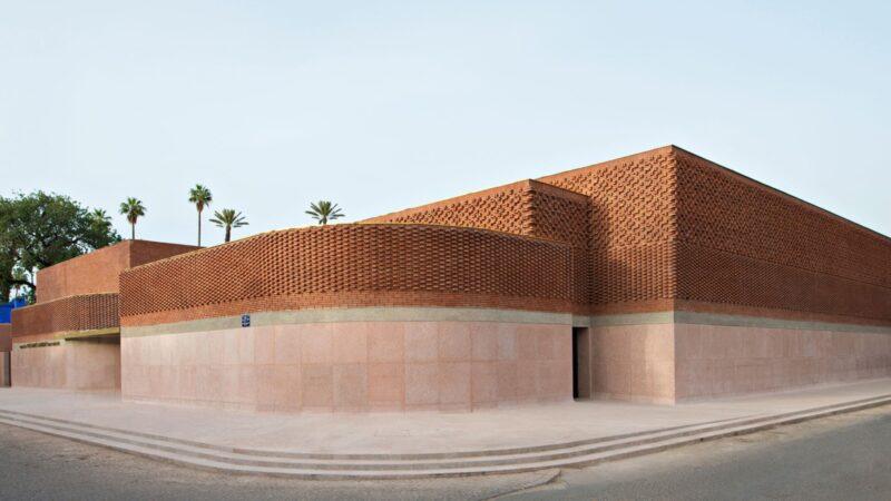 معرض فني يرسم حياة بيرت فلينت في متحف إيف سان لوران بمراكش