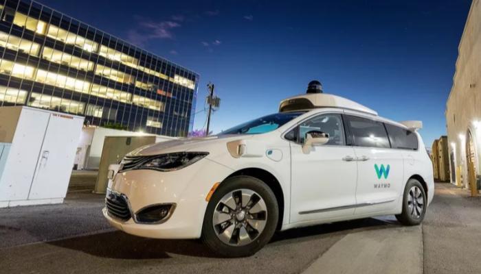 بعد تسببها بعدة حوادث.. سيارات غوغل ذاتية القيادة تستقبل بالبيض في شوارع أريزونا