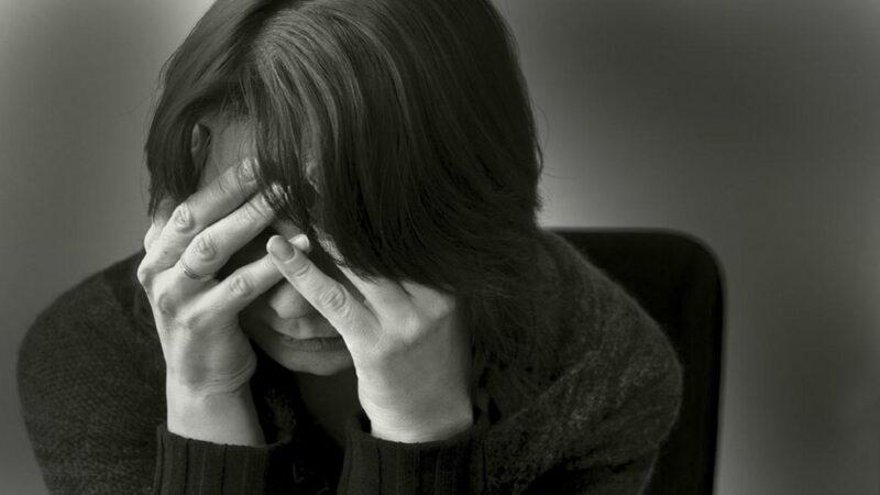 حزين أم مكتئب؟.. متى تجب زيارة الطبيب النفسي؟