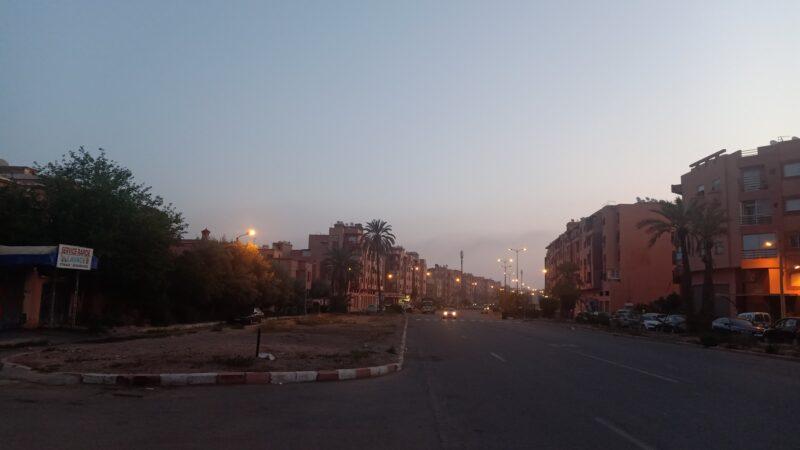 أدخنة مشبوهة وروائح كريهة تزكم أنوف سكان حي مبروكة