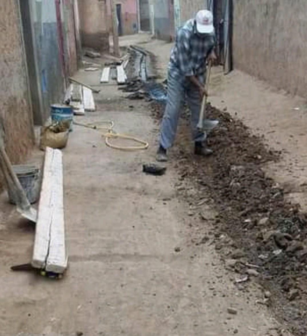 تجاهل السلطات المعنية يدفع اعضاء جمعية النهضة بدوار النزال إلى إنشاء قنوات الصرف الصحي بجماعة تسلطانت