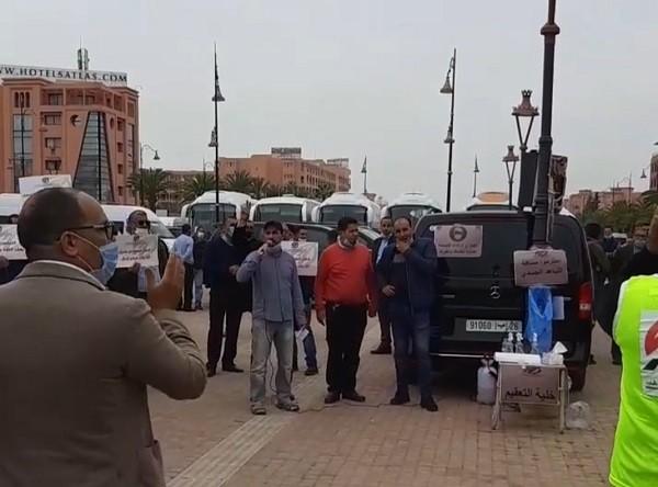 احتجاجات مهنيي النقل السياحي بمراكش تتجدد أمام مقر بنك المغرب