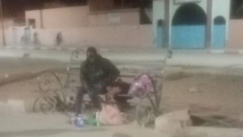 مجهولون يعتدون على متسول افريقي ويسلبونه ممتلكاته في يوم العيد