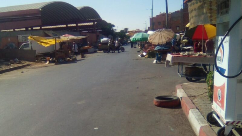 """"""" الفراشة"""" يكتسحون أرصفة شارع ابن جبران بالداوديات وجهات سياسية تستغل الوضع في حساباتها الانتخابية"""