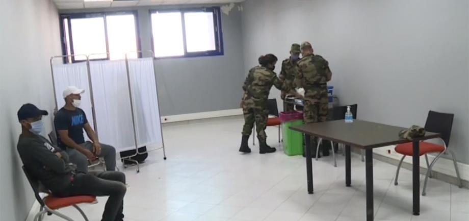 """بعد عجز وزارة الصحة فرق طبية عسكرية تنزل للمراكز الصحية لإنجاح عملية التلقيح ضد """"كوفيد-19"""