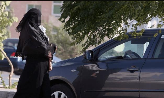 عصابة للتسول تتزعمها منقبة تعرض السياح للخطر بجليز