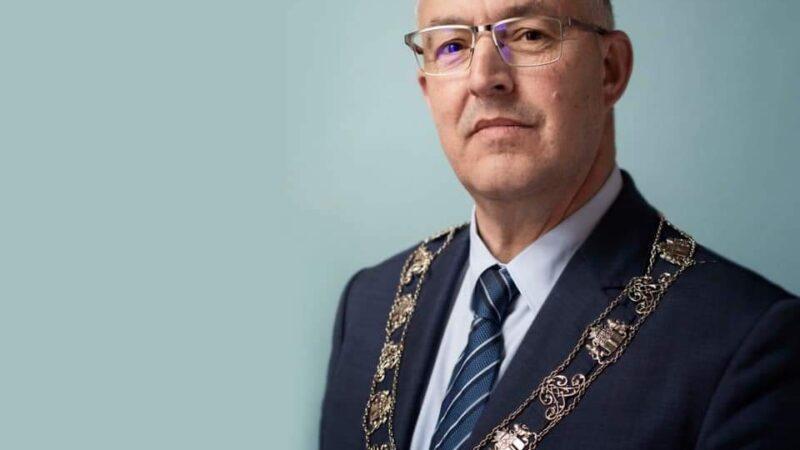 عمدة روتردام المغربي أحمد أبو طالب أفضل عمدة في العالم لسنة 2021.